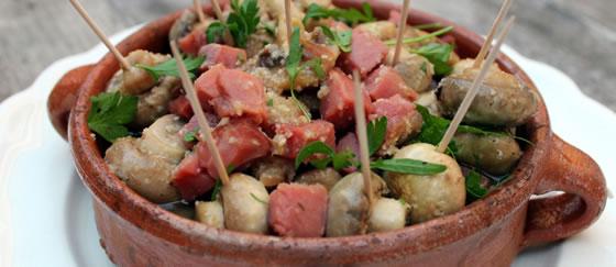 Vista 1 du assiette de champignons avec une sauce à l'ail pilé et à l'huile avec jambon ibérique